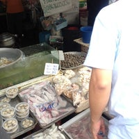 Photo taken at เจ๊แขก อาหารทะเลสด by Chai K. on 7/12/2014