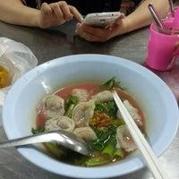 Photo taken at เย็นตาโฟ ลูกชิ้นปลาราชวงศ์ หนองหอย by Nhoenae😋 on 9/20/2016