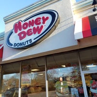 Photo taken at Honey Dew Donuts by Victor C. on 1/1/2017
