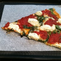 Снимок сделан в Rizzo's Fine Pizza пользователем Erika S. 10/5/2012