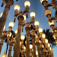 9/30/2012 tarihinde Eric J.ziyaretçi tarafından Urban Light at LACMA'de çekilen fotoğraf