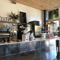 Foto tomada en Réveille Coffee Co. por Katie O. el 2/26/2018