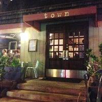 Foto tomada en Town Restaurant por Waka O. el 11/3/2012