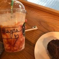Foto tirada no(a) Starbucks por Mayra B. em 5/4/2018