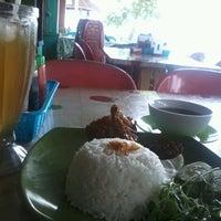 Photo taken at Warung Seafood Bang Pasha by Irwan S. on 10/25/2012