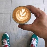 Foto tirada no(a) Kaizen Coffee Co. por Nares V. em 3/19/2017