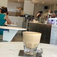 Foto tirada no(a) Kaizen Coffee Co. por Nares V. em 4/16/2017