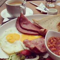 Photo taken at The Coffee Bean & Tea Leaf   香啡缤 by Carmen L. on 10/6/2012