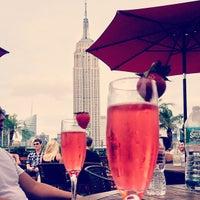 Foto tirada no(a) 230 Fifth Rooftop Lounge por Sophia L. em 7/28/2013