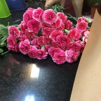 Photo taken at Khosheh Flower Shop   گلفروشی خوشه by Mehrasa T. on 8/14/2016