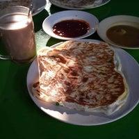Photo taken at Roti Canai D'Bukit by Aidin I. on 8/18/2013
