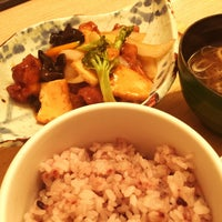 Photo taken at 和定食屋 にじいろ食堂 by ヨシヲ on 5/11/2015