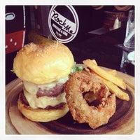Photo prise au Rock Me Burger & Bar par BoyT S. le3/22/2014