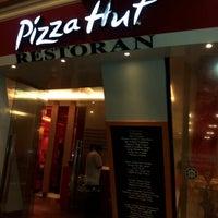 Photo taken at Pizza Hut by faridatul zahara m. on 10/30/2012