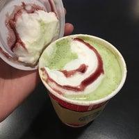 Foto tirada no(a) Starbucks por Mac K. em 11/23/2016