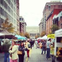Foto tomada en Penn Quarter FRESHFARM Market por Emil C. el 10/18/2012