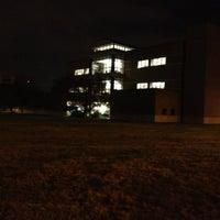 Foto diambil di West Campus Library (WCL) oleh K onda pada 12/4/2012