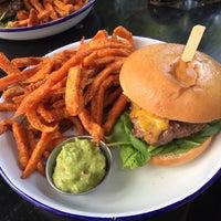 Das Foto wurde bei Otto's Burger von Dominika K. am 8/23/2015 aufgenommen