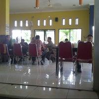 Photo taken at Warung Prasmanan Lombok Hijau by Yuliyansah M. on 4/18/2013