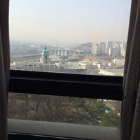 Photo taken at Hanyang Univ. 백남학술정보관 by 한나 이. on 4/1/2014