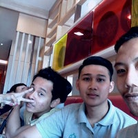 Photo taken at Pizza Hut, Mahkota Parade by Halim O. on 8/26/2015