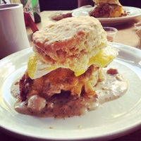 Foto tirada no(a) Pine State Biscuits por Andrew L. em 8/6/2014