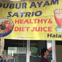 Photo taken at Bubur Ayam Satrio by Endro N. on 2/20/2015