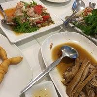 Foto tirada no(a) Phuttaraksa Restaurant por porkaeww em 10/23/2016