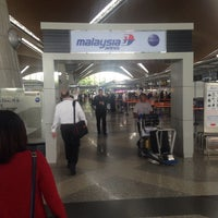 Photo taken at MAS Business Class Check-In by Zainularifin M. on 10/21/2016