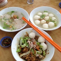 Photo taken at Pitt Street Koay Teow Th'ng (椰腳粿條湯) by Jo L. on 7/7/2013