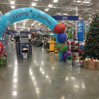 Photo taken at Lowe's Home Improvement by Sergio S. on 10/28/2015