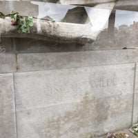 Photo taken at Tombe d'Oscar Wilde by Anthony A. on 2/22/2017