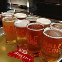 รูปภาพถ่ายที่ Half Acre Beer Company โดย Erin T. เมื่อ 7/7/2013