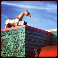 Das Foto wurde bei Green Dot Stables von Ryan K. am 5/4/2013 aufgenommen