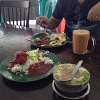 Photo taken at Ujang Corner Nasi Lemak Special BBS by Maryam S. on 12/11/2014