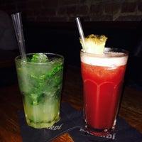 Das Foto wurde bei Julep's New York Bar & Restaurant von Marina A. am 9/8/2015 aufgenommen