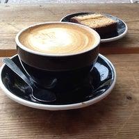 Foto tirada no(a) Lot Sixty One Coffee Roasters por Maria P. em 10/29/2014
