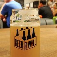 Das Foto wurde bei Beer on the Wall von Terrence am 8/14/2018 aufgenommen