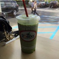 Photo taken at Robeks Fresh Juices & Smoothies by Lucas S. on 11/10/2015