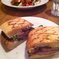 Снимок сделан в Juniors Deli Cafe пользователем Selene A. 10/5/2012