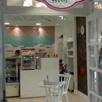 Foto tirada no(a) Confeitart - Confeitaria Gourmet por Luciana F. em 5/28/2016