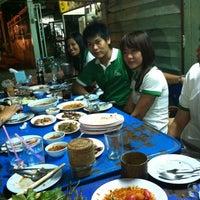 Photo taken at ส้มตำกลางอ่าว by Win T. on 11/30/2012