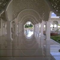 Foto scattata a Masjid Sultan Ismail (Masjid Raja Chendering) da Baie H. il 10/28/2012