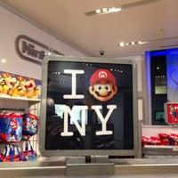 รูปภาพถ่ายที่ Nintendo NY โดย Andrea O. เมื่อ 4/6/2013
