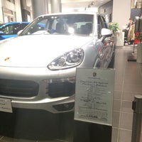 12/9/2016 tarihinde kirikoziyaretçi tarafından Porsche Center Ginza / ポルシェセンター銀座'de çekilen fotoğraf