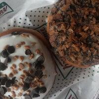 6/19/2013 tarihinde Trish D.ziyaretçi tarafından Krispy Kreme'de çekilen fotoğraf