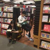Foto tirada no(a) Books Kinokuniya por Yosuke H. em 4/2/2017