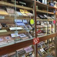 Photo prise au East Side Cigars & Smoke Shop par Aman S. le4/15/2016