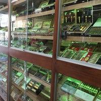Photo prise au East Side Cigars & Smoke Shop par Aman S. le3/29/2016