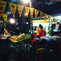 Photo taken at ตลาดโต้รุ่ง by นับหนึ่ง น. on 10/18/2015